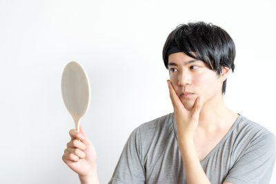 鏡を見る男性 フェイスラインを気にする男