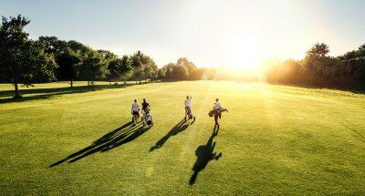 仲間と一緒にゴルフをやる人達