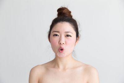表情筋を使った口の体操をする女性