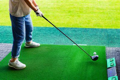 うちっぱなしでゴルフの練習をする人