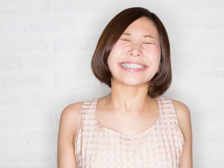 笑顔のご機嫌な若い女性