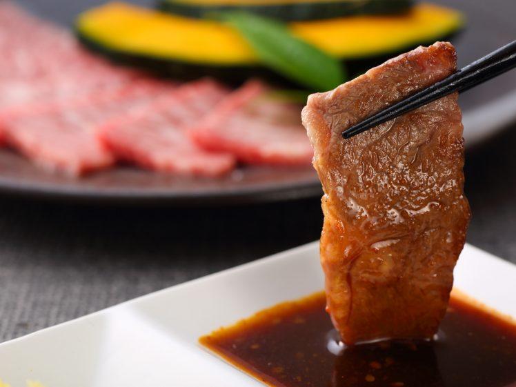 焼肉 肉をタレにつける