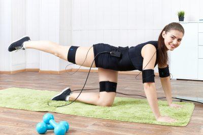 EMSを付けながら運動する女性