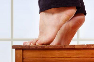 階段でつま先立ちをする人