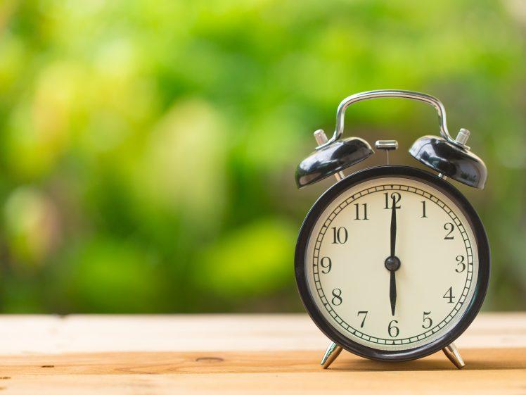 六時を指す置時計