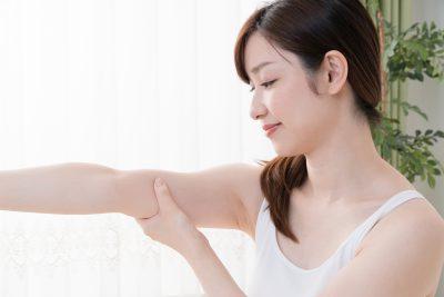 リンパマッサージをする女性、二の腕、腕