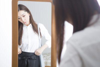 ダイエットに成功した姿を鏡で見る女性