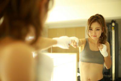 シャドーボクシングする女性